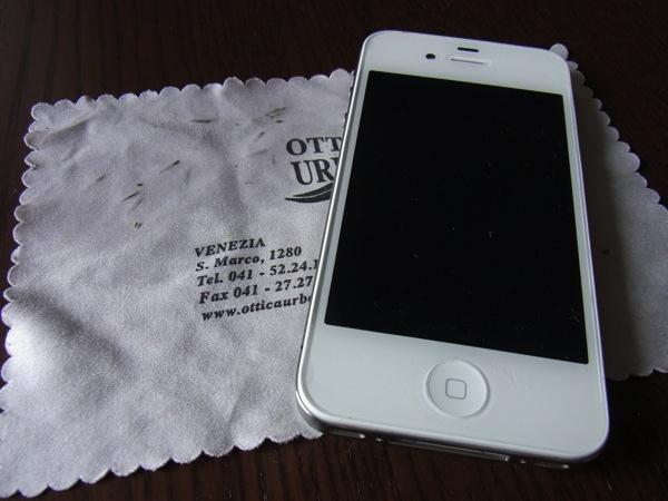 iPhoneの汚れを落とすには、布を水で湿らせて拭くだけでいい